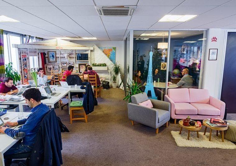 Des bureaux comme à la maison chez Airbnb pour le bien-être des collaborateurs.