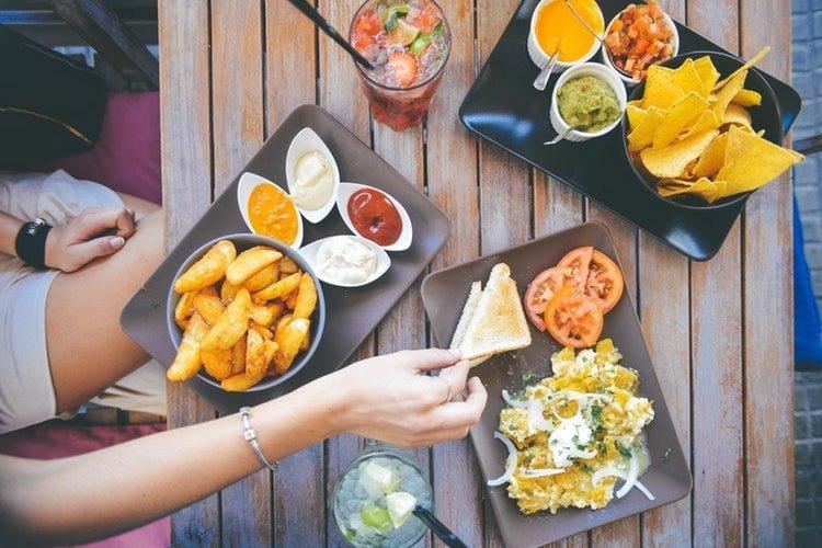 Collègues partageant un repas