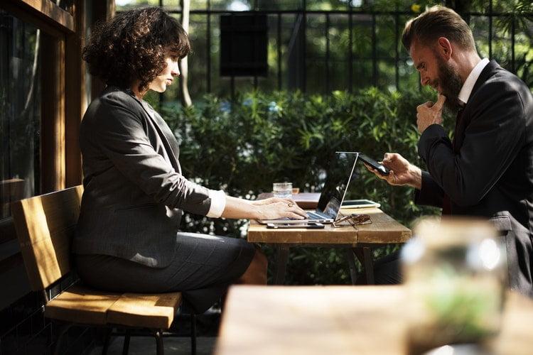 une femme et un homme travaillent sur une table